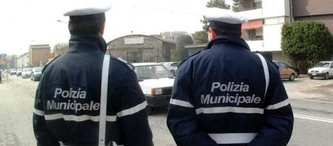 Sgominata banda della polizia municipale: botte, frodi e furti agli spacciatori