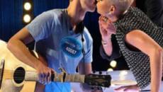 Katy Perry roba beso a concursante de American Idol