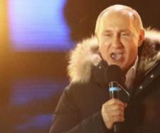 Putin mulțumind simpatizanților după ce a fost reales în Piața Roșie din Moscova - Foto: www.financialexpress.com