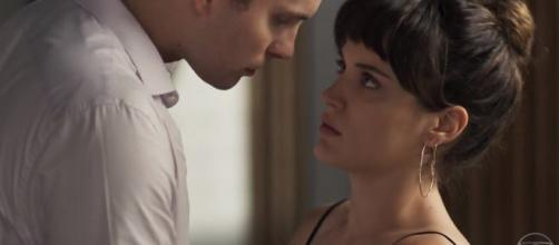 Clara (Bianca Bin) e Patrick (Thiago Fragoso) finalmente se entregam ao amor (Reprodução-Globo)
