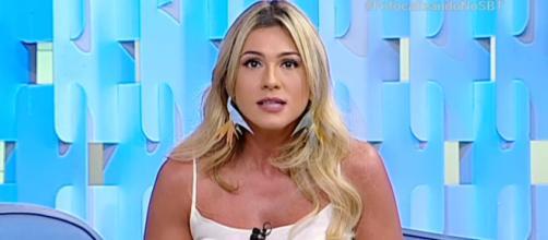 """Homem causa confusão na portaria do SBT, """"usa"""" Lívia Andrade e apresentadora desabafa ao vivo"""