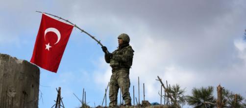 Siria, i turchi entrano ad Afrin, i curdi: 'Ci sono anche jihadisti'