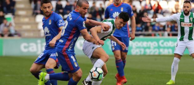 Christian pelea por un balón ante un jugador del Córdoba. Foto: La Liga