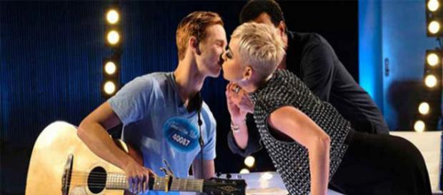 Katy Perry le roba un beso concursante de American Idol