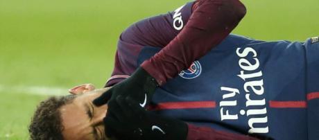 Neymar se someterá a cirugía en Brasil después de una lesión en el tobillo