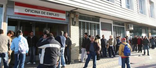 Decenas de desempleados hacen cola frente a la Oficina de Empleo de la Comunidad de Madrid
