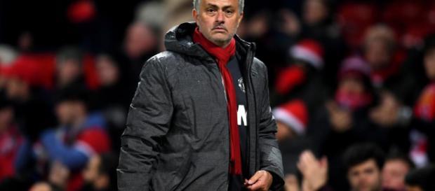 Mourinho mantiene al United en el segundo lugar de la premier