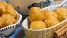 Buñuelos de coco simples con receta de salsa de vainilla