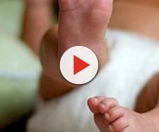Neonata rischia di morire su un aereo Tunisi-Milano, salvata da un medico