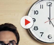 Una persona guarda l'orologio di casa
