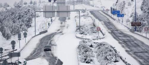 El temporal de frío polar y nieve interrumpe carreteras y trenes