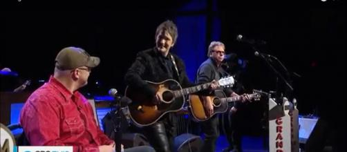 Songwriters and veterans bond and foster healing through the use of song.[image source: CBS This Morning/YouTube screenshot]