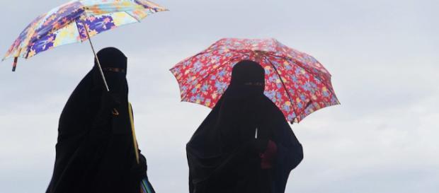 Dos mujeres con el abaya en Arabia Saudita