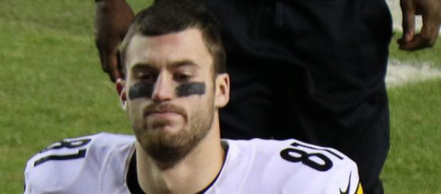 Jesse James, tight end for the Pittsburgh Steelers, was a victim of the NFL catch rule in 2017 [Image via Jeffrey Beall/Wikimedia]