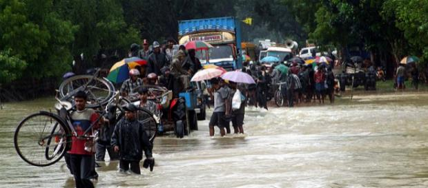 People fleeing from floods in Sri Lanka (Image credit - John Cumper, Wikimedia Commons)