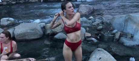 Tallulah Willis muestra mucha piel en un traje de baño rosa