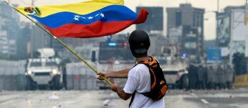 Imagen de un revolucionario venezolano frente a las fuerzas de Maduro