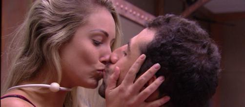 Jéssica e Kaysar se beijam no BBB18