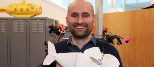Roboticist Robert Katzschmann con su AUV SoFi
