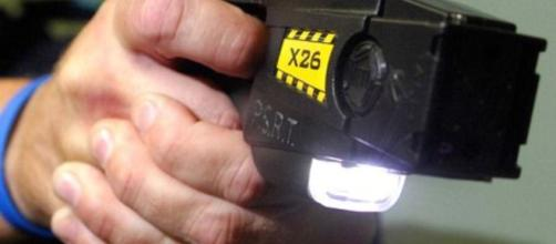 Il Taser sarà data in dotazione a Polizia e Carabinieri di 6 città italiane
