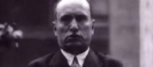 Immagine di Benito Mussolini durante il discorso trasmesso dalla Fox nel 1927