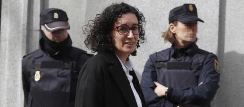 Marta Rovira pasa ante 2 policías nacionales cuando se dignaba a acudir a sus citas con la justicia antes de su fuga (EFE)