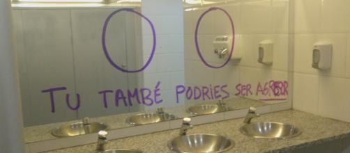 Pintadas acusatorias en el baño de hombres en el Campus de la Ciutadella en la Universidad Pompeu Fabra. (Jove, wikipedia commons)
