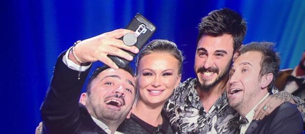Francesco Monte ed Eva Henger sorridono con Pio e Amedeo