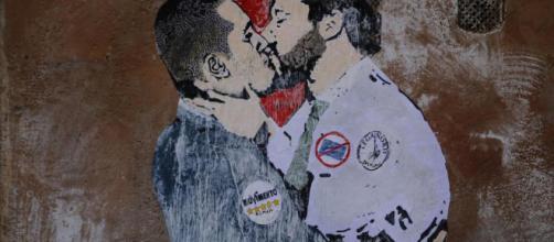 Bacio tra Salvini e Di Maio: il murale è apparso nel centro di Roma
