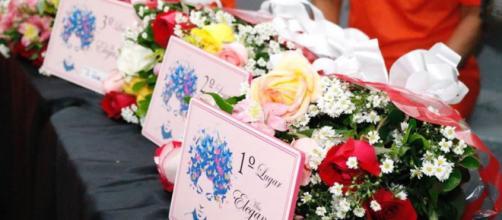 Buquês de flores entregues a participantes do desfile Miss Elegância