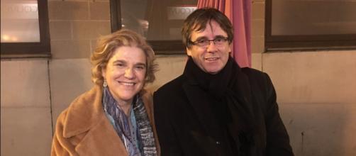 Pilar Rahola twiteaba este sonriente posado junto a Puigdemont, antes de su detención en Alemania, tras una cena en Bruselas (RaholaOficial)