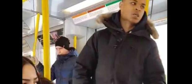 Imigrant w szwedzkim tramwaju (twitter.com).