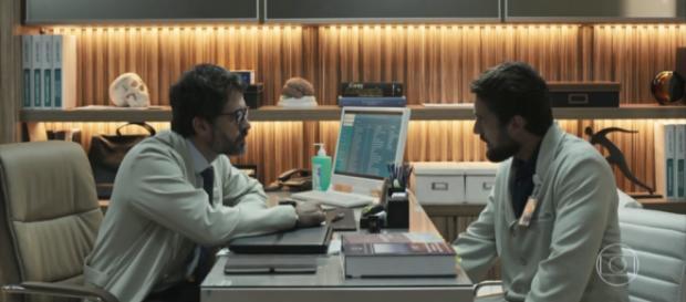 Renato e Samuel conversam e o vilão acusa o colega de assédio.