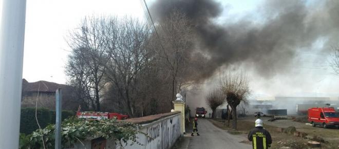 Grande incendio a Pianezza: magazzino di materie plastiche in fiamme