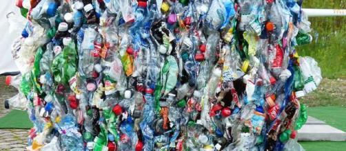 La solución es ponerle fin a nuestra adición a los plásticos de usar y tirar.