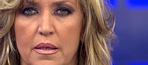 Lydia Lozano besa a Chelo García Cortés