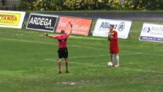 Urina dietro la porta, espulso calciatore del Messina: rischio maxi squalifica