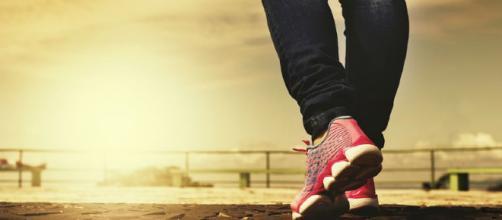 Caminar es un ejercicio saludable. Public Domain.