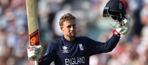 Joe Root de Inglaterra señala su 50 contra Nueva Zelanda durante el primer partido de prueba en Auckland