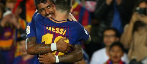 Paulinho y Lionel Messi celebrando una anotación