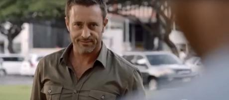 Alex O'Loughlin goes behind the camera and back with Michelle Borth in 'Hawaii Five-O' near future. [image source: televisionpromosdb/YouTube]