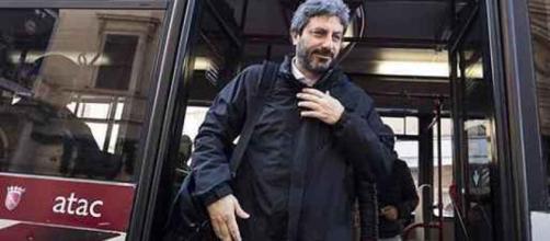 Roberto Fico in Parlamento con il bus Atac. - ilmessaggero.it