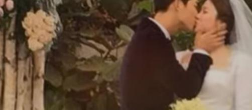 Song Joong Ki kiss Bride Song Hye Kyo - Image credit NineEntertainTV via July Le | YouTUbe