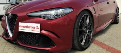 Una Alfa Romeo Giulia Quadrifoglio versione Romeo Ferraris: vista anteriore-laterale.