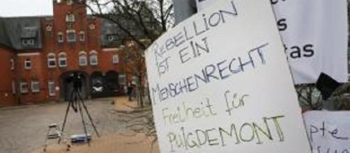 Carteles en alemán, catalán y español de apoyo a Carles Puigdemont ante la cárcel donde está ahora.