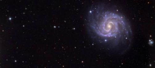 la galaxia parece estar compuesta de materia simple, del tipo que comprende estrellas, planetas y polvo