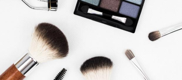 A variety of makeup products [image via Pexels.com]