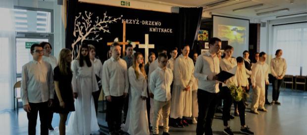 Aktorzy na scenie. Misterium 'Krzyż-Drzewo Kwitnące' (fot..JJ)