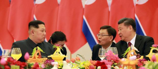 Xi Jinping e Kim Jong-un participaram juntos em almoço e banquete em Pequim. Foto: KCNA