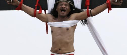 atroci sofferenze sulla croce per Ruben Enajje il filippino che si fa crocifiggere per il Venerdì Santo (fonteit.notizie.yahoo.com)